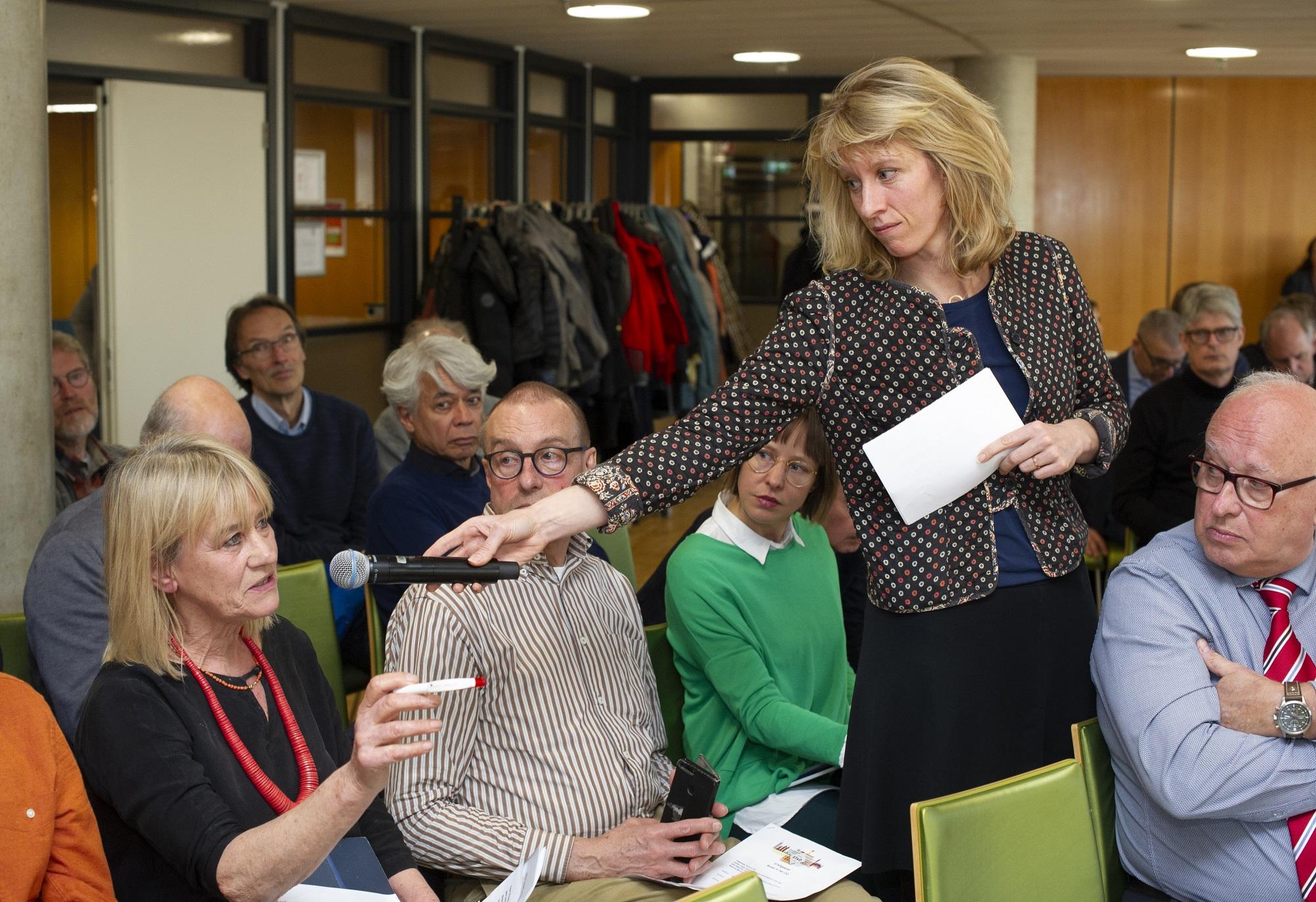 deelnemers in debat over wonen in CID