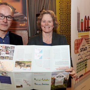 Annette de Graaf ontvangt poster met resultaat STAD verkenning Botsingskansen