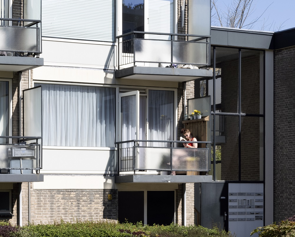 op balkon tijdens coronacrisis in Mariahoeve