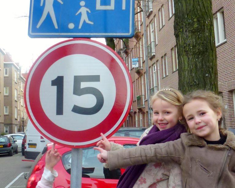 kinderen met 15 km per uur bord