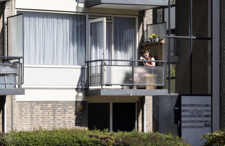 op het balkon in Mariahoeve tijdens coronacrisis