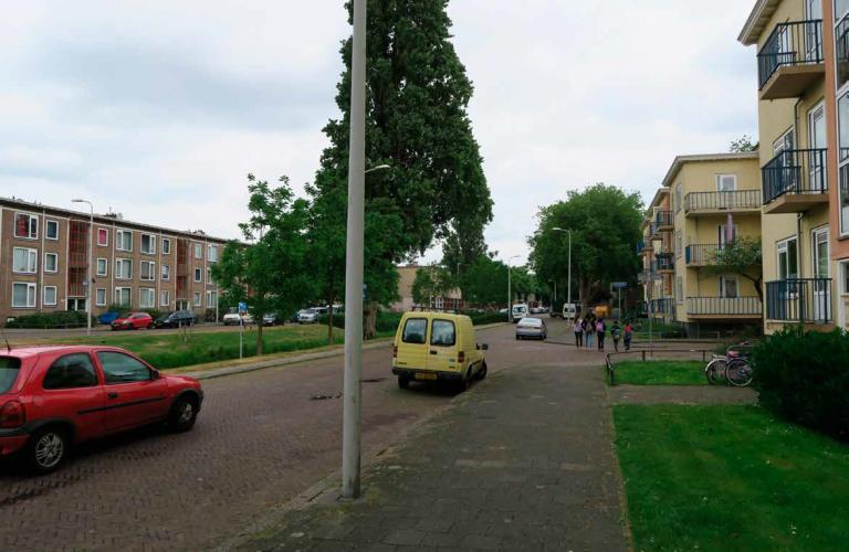 straatbeeld portiekflats en groen in zuidwest den haag